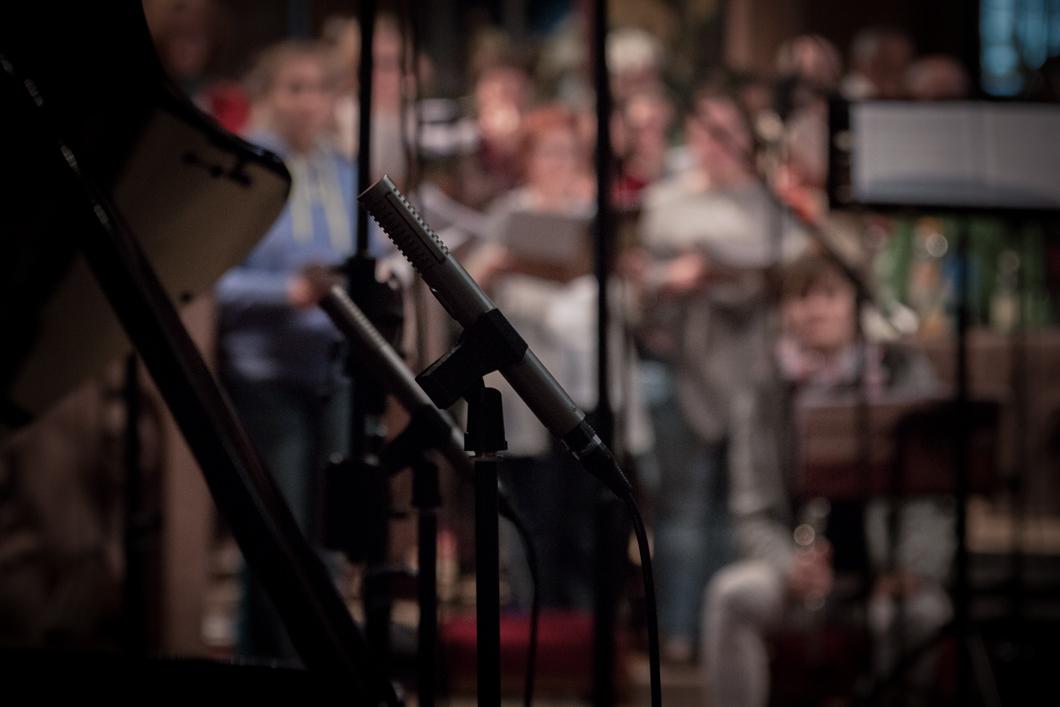 Tonaufnahme mit Chor und Orchester, im Vordergrund zwei Royer Labs R-122 MKII
